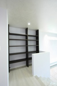 書棚も鹿児島のツマガリ